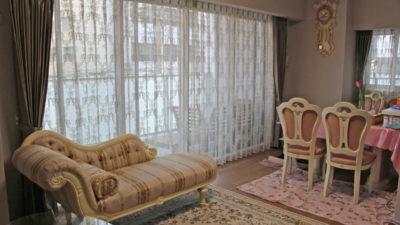 大阪市北区のロココ調のお部屋にダマスク柄レースとフジエテキスタイルのタフタカーテン