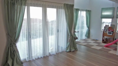 宝塚市の素敵なお家にJABのタフタカーテンとHOULESのタッセルでエレガンスに表現