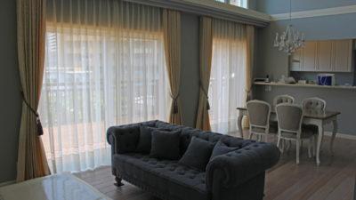 寝屋川市のクラシックでオシャレな平屋のカーテンコーディネートです。