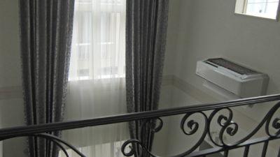 芦屋市の輸入住宅にはRUBELLIのシルクカーテンで上飾りもつけてコーディネート