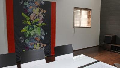 枚方市のモダンなお部屋にcreation baumannのFANTASIAを飾るようにコーディネート