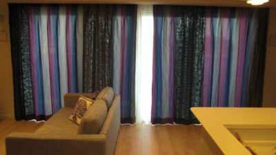 東灘区のマンションにタフタの輸入カーテンと北欧カーテンkinnamarkを飾りました。