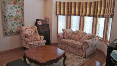 松原市の輸入住宅のカーテンはローマンシェードで南仏風にオシャレに演出。