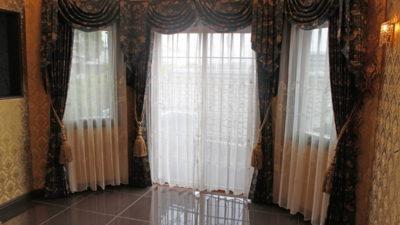 東灘区の輸入住宅にはウィラムモリスのカーテンで上飾りでクラシックに