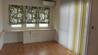 枚方市・樟葉の素敵なお家のカーテン、バーチカルブラインドでコーディネート。