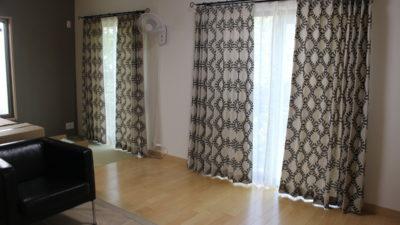 彩都のお家のオーダーカーテンには人気のclarkeの刺繍カーテンでナチュラルに!