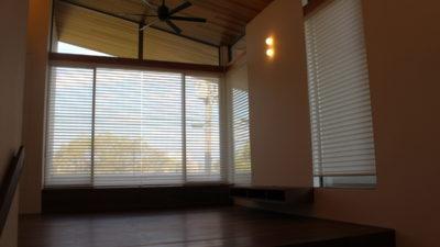 枚方の注文住宅の窓には調光ロールスクリーンFUGAでカーテンコーディネート!