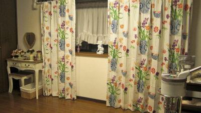 東大阪市のお家の出窓のカーテンはSanderson社の花柄プリントカーテン