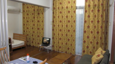 高さのある窓にはSanderson(サンダーソン)のカーテンでアンティークな佇まい 大阪府茨木市