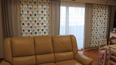 都島区のマンションのカーテンはポップな印象のデザインを無地で間引いてバランス良くみせよう