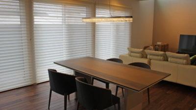 長岡京市のシンプルモダンなお家にハンターダグラスのシルエットシェードとバウマンのオーダーカーテン