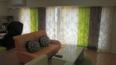 守口市のマンションのリビングの窓にオシャレなレースカーテンを飾りました