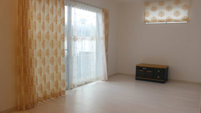高槻市に建った注文住宅のお家のオーダーカーテンは花柄刺繍カーテンでお見積り。
