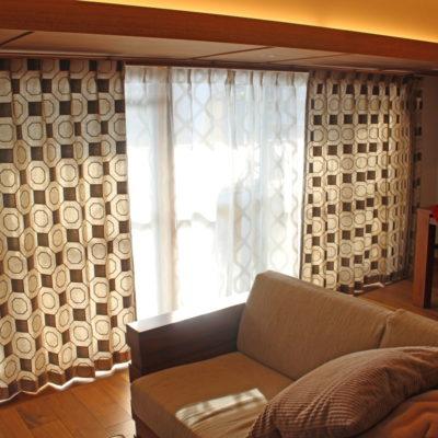 オシャレにリフォームされたお部屋のカーテンはアールデコ調のフランス製輸入カーテン