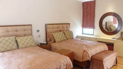 豊中市のこだわりのベッドルームのカーテンには輸入生地でローマンシェードとしてカーテンコーディネート!大阪