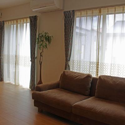 木津川市のナチュラルなご新築のオーダーカーテンにはモダンなレースカーテンを主役にコーディネート!