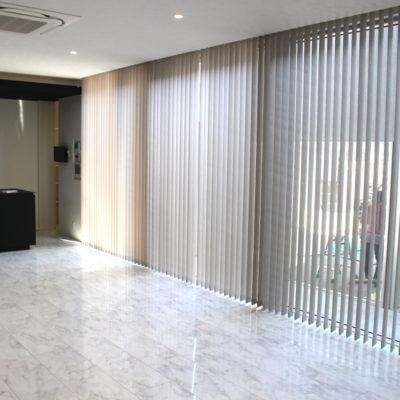 京都市山科区にある注文住宅のリビングルームには電動バーチカルブラインドでシンプルモダンに!