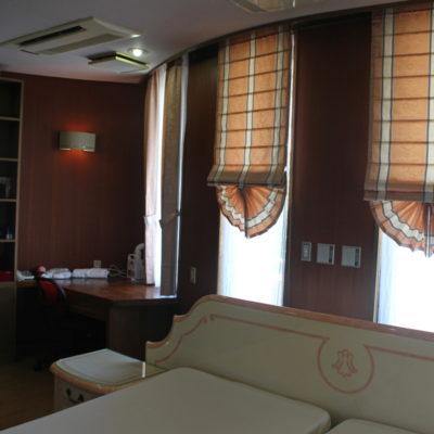 大阪府八尾市の邸宅には憧れのピーコックシェードでカーテンコーディネート