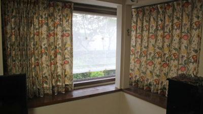 大阪府高槻市のお家のリビングルームのカーテンは英国製ボタニカルでアンティークな装いに!