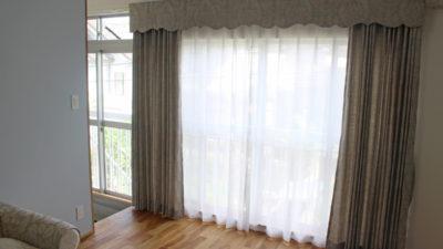 エレガントな宝塚市のお家には上飾りとダマスク柄でカーテンコーディネート!
